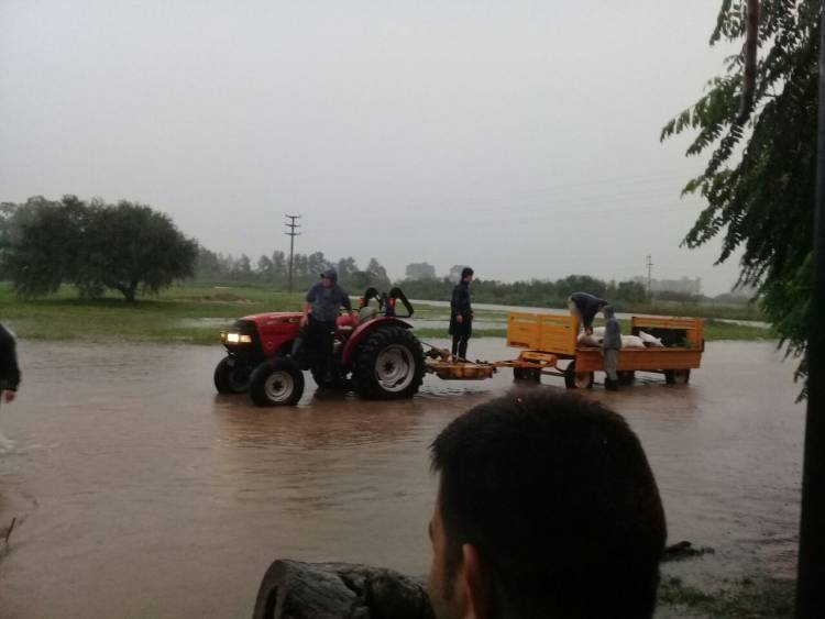 Bomberos Voluntarios traslada a personas evacuadas